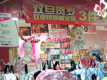 De decoratie van het Kerstmisseizoen in winkel in China stock afbeeldingen