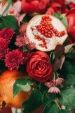De decoratie van huwelijksbloemen met grapefruit royalty-vrije stock afbeeldingen