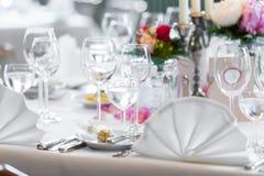 De decoratie van de huwelijkslijst in restaurant stock foto's