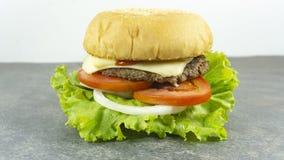 De decoratie van de kaassteunen van het hamburgerrundvlees met Groene salade stock foto
