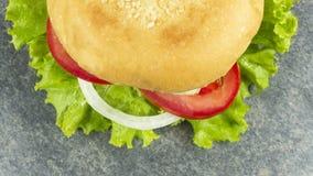 De decoratie van de kaassteunen van het hamburgerrundvlees met Groene salade royalty-vrije stock foto