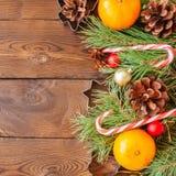 De decoratie van Kerstmis Achtergrond met sparrentakken, sinaasappelen stock afbeelding