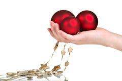De decoratie van Kerstmis in de hand van de vrouw Royalty-vrije Stock Foto's