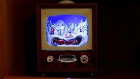 De decoratie van Kerstmis Een volledig dorp in een kleine antieke TV, met de trein en de mensen op de straten stock videobeelden
