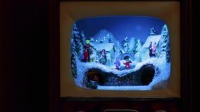 De decoratie van Kerstmis Een volledig dorp in een kleine antieke TV, met de trein en de mensen op de straten stock video