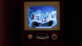 De decoratie van Kerstmis Een volledig dorp in een kleine antieke TV, met de trein en de mensen op de straten stock footage