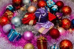 De decoratie van Kerstmis en de giften van Kerstmis Royalty-vrije Stock Afbeeldingen