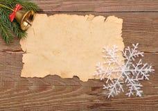 De decoratie van Kerstmis en oud document op bruin Royalty-vrije Stock Fotografie