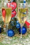 De decoratie van Kerstmis en twee wijnglaschampagne Royalty-vrije Stock Foto