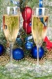 De decoratie van Kerstmis en twee wijnglaschampagne Royalty-vrije Stock Afbeeldingen