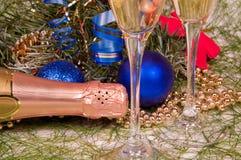 De decoratie van Kerstmis en twee wijnglaschampagne Stock Afbeeldingen