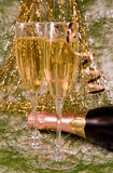 De decoratie van Kerstmis en twee wijnglaschampagne Royalty-vrije Stock Fotografie