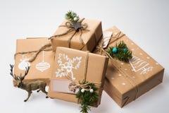 De decoratie van Kerstmis Gift in een doos verpakt in een omslag Stock Fotografie