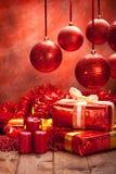 De decoratie van Kerstmis - giften, ballen en kaarsen Stock Foto's