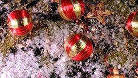 De decoratie van Kerstmis Kerstmisballen, gouden vlokken en sneeuwvlokken op zwarte achtergrond stock video