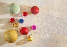 De decoratie van Kerstmis Kleurrijke Kerstmisballen Vlak leg, vrije ruimte voor tekst stock afbeeldingen