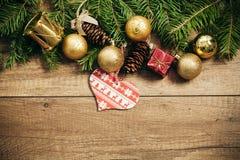 De decoratie van Kerstmis met houten achtergrond Royalty-vrije Stock Foto's