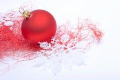 De decoratie van Kerstmis met rode snuisterij Stock Afbeelding