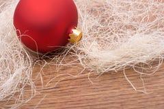 De decoratie van Kerstmis met rode snuisterij Stock Afbeeldingen