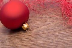 De decoratie van Kerstmis met rode snuisterij Stock Fotografie