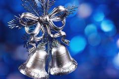 De decoratie van Kerstmis met zilveren klokken Stock Fotografie