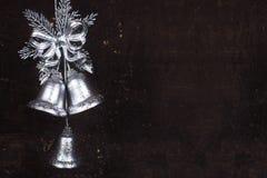 De decoratie van Kerstmis met zilveren klokken Stock Foto