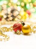 De decoratie van Kerstmis op abstracte achtergrond Gouden, rode en groene kleuren royalty-vrije stock foto