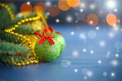 De decoratie van Kerstmis op een abstracte achtergrond Stock Foto