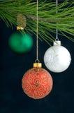 De Decoratie van Kerstmis op een boom stock afbeelding