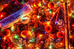 De decoratie van Kerstmis op een houten achtergrond stock foto's