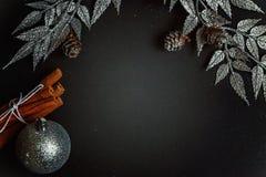 De decoratie van Kerstmis op een zwarte achtergrond Royalty-vrije Stock Afbeelding