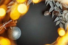 De decoratie van Kerstmis op een zwarte achtergrond Royalty-vrije Stock Afbeeldingen