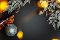 De decoratie van Kerstmis op een zwarte achtergrond Royalty-vrije Stock Foto's