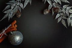 De decoratie van Kerstmis op een zwarte achtergrond Stock Foto