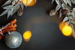 De decoratie van Kerstmis op een zwarte achtergrond Stock Afbeeldingen