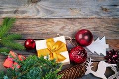 De decoratie van Kerstmis over houten achtergrond Royalty-vrije Stock Foto