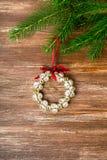 De decoratie van Kerstmis over houten achtergrond Royalty-vrije Stock Foto's