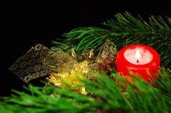 De decoratie van Kerstmis: pijnboom tak, kaars, ballen Royalty-vrije Stock Afbeelding