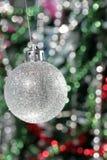 De decoratie van Kerstmis - zilveren bal en calor tinse Stock Afbeeldingen