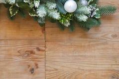 De decoratie van de Kerstmisspar met sparappel en ballen Stock Afbeelding
