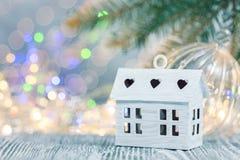 De decoratie van de Kerstmisvakantie defocused de winterachtergrond met lichten royalty-vrije stock afbeeldingen