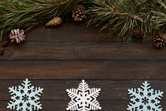 De decoratie van de Kerstmisvakantie op een donkere houten achtergrond, exemplaar ruimtevlakte lagen Royalty-vrije Stock Afbeelding