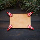 De decoratie van de Kerstmisvakantie op een donkere houten achtergrond, exemplaar ruimtevlakte lagen Royalty-vrije Stock Foto's
