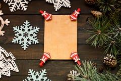 De decoratie van de Kerstmisvakantie op een donkere houten achtergrond, exemplaar ruimtevlakte lagen Royalty-vrije Stock Foto