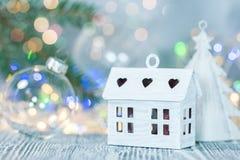 de decoratie van de Kerstmisviering tegen defocused de gloeiende achtergrond van de lichtenslinger stock fotografie
