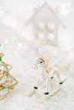 De decoratie van paardkerstmis op witte sneeuwachtergrond Stock Foto's