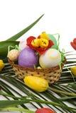 De decoratie van Pasen met eieren, kip en tulpen Royalty-vrije Stock Fotografie