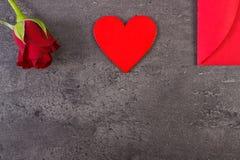 De decoratie van rood nam, hart en liefdebrief voor Valentijnskaartendag toe, exemplaarruimte voor tekst Royalty-vrije Stock Fotografie