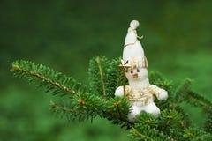 De decoratie van sneeuwmankerstmis op de boom stock foto's