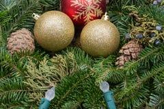 De decoratie van de de wintervakantie: fraser de kroonbelangrijkst voorwerp van de sparlijst met kegels, jeneverbes, Kerstboombal stock afbeeldingen